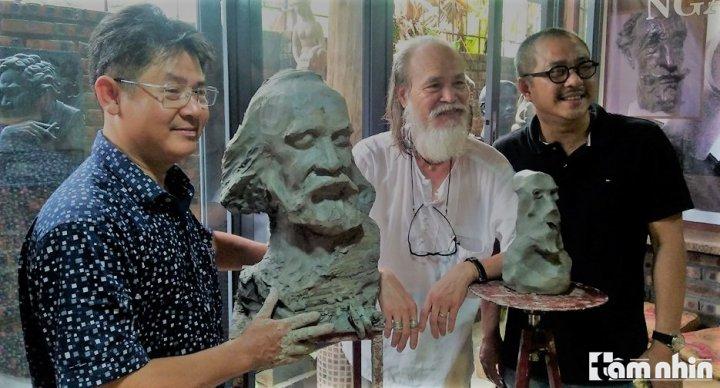 nghệ sĩ Phạm Kiên bên các nhà điêu khắc